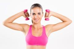 Гантели женщины фитнеса поднимаясь Стоковая Фотография