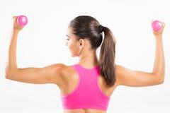 Гантели женщины фитнеса поднимаясь Стоковые Фото