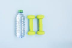 Гантели и бутылка воды, взгляд сверху Стоковые Изображения RF