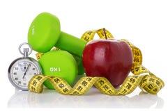2 гантели, красное яблоко, измеряя лента Стоковые Фотографии RF