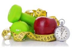 2 гантели, красное яблоко, измеряя лента Стоковое Изображение RF