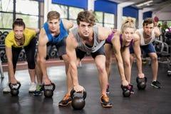 Гантели класса фитнеса поднимаясь Стоковое Изображение RF