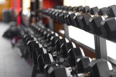 Гантели металла в спортзале Стоковое Изображение RF