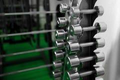 Гантели металла лежа на фитнес-клубе спортзала Стоковая Фотография RF