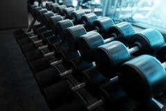 Гантели металла лежа на фитнес-клубе спортзала Стоковое Изображение