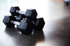3 гантели металла на поле в спортзале Стоковая Фотография RF