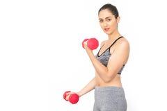 Гантели молодой кавказской женщины поднимаясь над белой предпосылкой - концепция здоровья и фитнеса Стоковые Фотографии RF