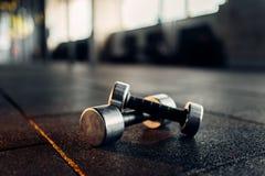 Гантели на резиновом крупном плане пола, фитнес-клубе стоковые фото