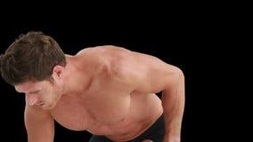 Гантели серьезного мышечного человека поднимаясь видеоматериал