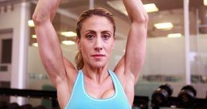Гантели супер женщины пригонки поднимаясь на crossfit сток-видео