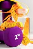 Гантели утяжеляют фиолетовый цвет Стоковая Фотография