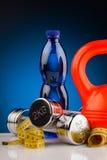 Гантели фитнеса и бутылка воды Стоковое Изображение