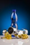 Гантели фитнеса и бутылка воды Стоковые Фото
