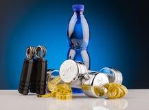 Гантели фитнеса и бутылка воды Стоковая Фотография