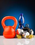 Гантели фитнеса и бутылка воды Стоковые Изображения RF