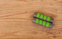 Гантели фитнеса на деревянной предпосылке текстуры Стоковые Фото