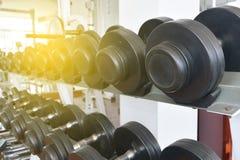 Гантели фитнеса, оборудование весов, селективный фокус, фитнес c Стоковое фото RF