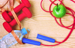 Гантели, яблоко, измеряя лента и прыгая веревочка Стоковые Фото