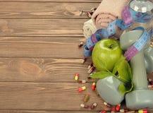 Гантели, яблоко и измеряя лента Стоковое Изображение RF