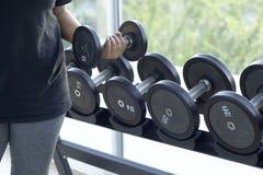 Гантели для поднятия тяжестей к тренировке Стоковые Изображения RF