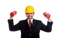 Гантель азиатским владением человека инженера красная с обоими Хан стоковые фотографии rf