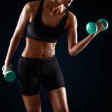Гантель атлетической женщины поднимаясь Стоковое Изображение RF