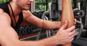 Гантель мышечной женщины поднимаясь с ее тренером видеоматериал