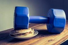 гантель положила дальше тренировки идеи гамбургера для диеты co потери веса Стоковое фото RF