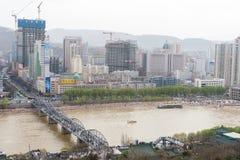 ГАНЬСУ, КИТАЙ - 5-ое апреля 2015: Вид на город Ланьчжоу от Baita Mountai Стоковая Фотография RF
