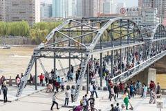 ГАНЬСУ, КИТАЙ - 5-ое апреля 2015: Мост Рекы Хуанхэ (Zhongshan Bridg Стоковые Изображения