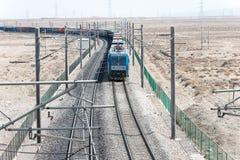 ГАНЬСУ, КИТАЙ - 13-ое апреля 2015: Locomo железных дорог HXD1C Китая электрическое Стоковое фото RF