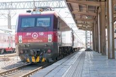 ГАНЬСУ, КИТАЙ - 12-ое апреля 2015: Locomo железных дорог HXD3D Китая электрическое Стоковые Фото