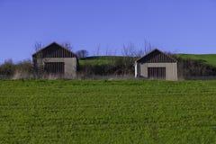 2 гаража на зеленом холме Стоковое Изображение