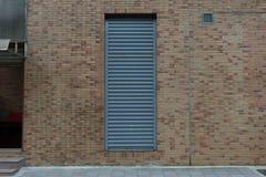 гараж двери кирпича свертывает вверх стену Стоковое Фото