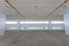 Гараж внутренний, промышленное здание, пустое равенство автомобиля космоса Стоковые Фото