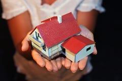 гараж вручает модель дома стоковые фотографии rf