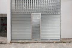 гараж двери кирпича свертывает вверх стену Стоковая Фотография RF