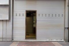 гараж двери кирпича свертывает вверх стену Стоковое Изображение RF