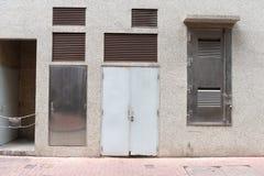гараж двери кирпича свертывает вверх стену Стоковое Изображение