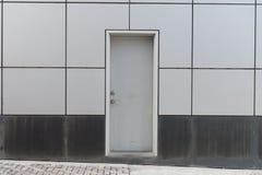 гараж двери кирпича свертывает вверх стену Стоковые Изображения
