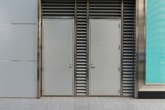 гараж двери кирпича свертывает вверх стену Стоковые Изображения RF