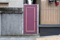 гараж двери кирпича свертывает вверх стену Стоковое фото RF
