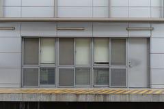 гараж двери кирпича свертывает вверх стену Стоковая Фотография