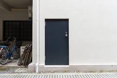 гараж двери кирпича свертывает вверх стену Стоковые Фото