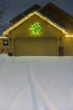 Гараж зимы с светами и следами праздника вертикальными Стоковое фото RF