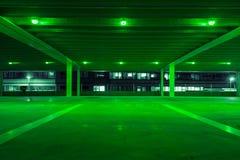 Гараж с зеленым светом в свободных пятнах стоковое изображение
