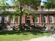Гарвард Hall, двор Гарварда, Гарвардский университет, Кембридж, Массачусетс, США стоковое фото rf