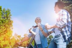 Гармоничная семья беседуя во время езды велосипеда Стоковое Изображение