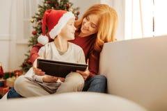 Гармоничная семья используя планшет совместно Стоковая Фотография