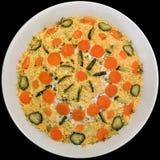 Гарнированный салат Olivier, который служат в белом шаре фарфора на черной предпосылке Стоковые Фото